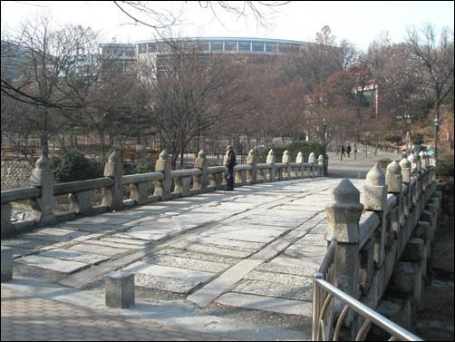 수표교. 세종 23년에 만들어진 다리로, 청계천 물높이를 재는 수표가 있어 수표교란 이름이 붙었다. 수표는 지금 동대문구 청량리동 세종대왕기념관에 있다.