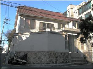 바닥을 높여 언덕과 높이를 맞춘 집.