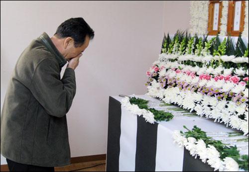 독립운동가 후손인 김용진씨가 아들 고 김군(27)씨의 위패 앞에 국화꽃을 놓은 뒤 울고 있다.