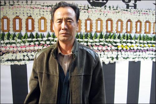 """김용진씨는 """"조상이 목숨 바쳐 지킨 조국에서, 내 아들은 중국 국적으로 불에 타 사망했다""""며 """"아들 목숨을 차별하면 참지 않을 것""""이라고 말했다."""