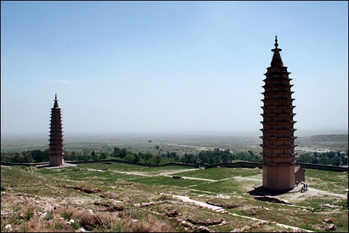 쌍탑 비바람 속에서도 천년을 버텨온 허란산 중턱의 두 개의 탑