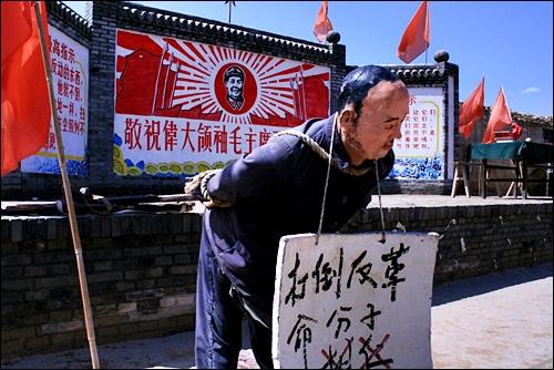 신중국 시대 영화세트장 3개 부분으로 나뉜 영화세트장 중 중국 현대를 배경으로 한 곳으로 마오쩌둥 사진이 있는 광장 앞에 '반혁명분자'의 적나라한 모습이 이채롭다