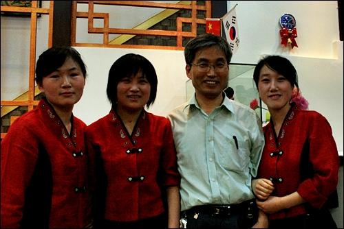 한국요리 음식점 사장과 직원들 인촨 시내에서 우연히 만난 한국요리 음식점