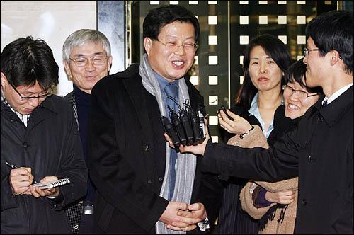 삼성 의혹을 제기했던 김용철 변호사가 14일 특검에 나와 참고인 조사를 받은 뒤 서울 한남동 특검 사무실을 나서며 취재진의 질문을 받고 있다.
