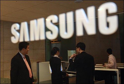 15일 서울 태평로 삼성본관 내 전략기획실에 대한 압수수색을 시작한 가운데 이날 오전 삼성 직원들이 검색대를 지나가고 있다.