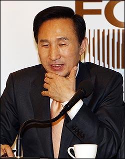 이명박 대통령 당선인이 17일 낮 서울 프레스센터에서 신년 외신기자회견을 갖고 있다.