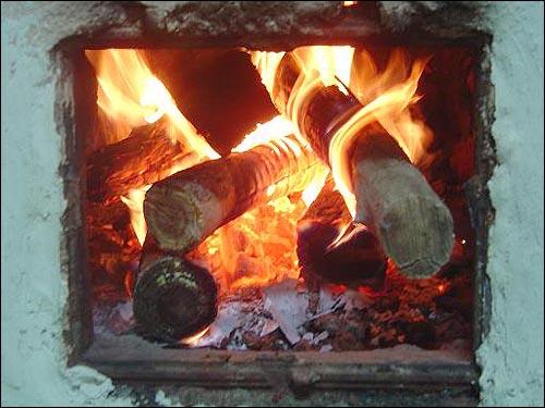 장작불. 여행자를 위해 벽난로에 장작을 지폈다. 장작불 같이만 뜨거워도 삶은 행복하다.