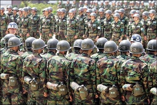 육군훈련소에 입소한 훈련병들이 교관으로부터 교육내용 전반에 대한 설명을 듣고 있다.(이 사진은 기사 내용과 관련이 없습니다.)