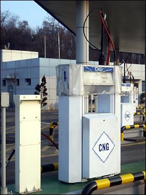 양천공영차고지 CNG 충전소 내 충전기 양천공영차고지의 CNG 충전소에는 총 4기의 충전기가 있다. CNG 충전소는 LPG 충전소와는 달리, 별도의 가스 저장 시설이 없이 도시가스회사 가스관으로 공급된 가스를 지상의 CNG 충전소에서 압축 후, 이를 차량에 충전하는 방식으로 공급한다.