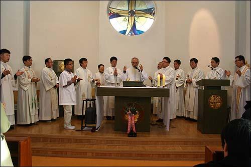 '아름다운 은퇴' 작은 자매의 집 원장 문정현 신부의 은퇴 미사에 정의구현 사제단 소속 20여명의 신부가 함께 미사를 집전하고 있다.