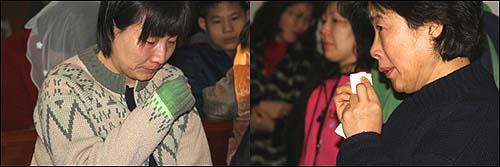 눈물 생활재활교사와 자원봉사자들이 눈물을 훔치고 있다.