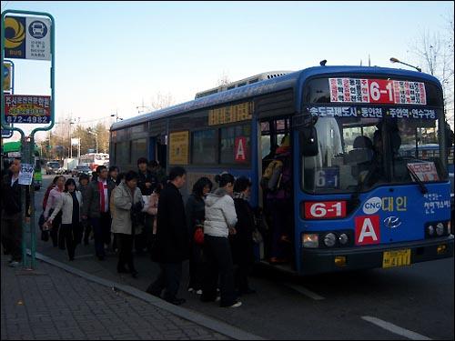 현재 인천광역시에서는 마을버스업체로 시작한 지선형 시내버스 업체에서 보유하고 있는 간선형 시내버스 노선이 상당히 많다. 수익성이 매우 양호한 우량업체를 중심으로 간선형 시내버스 업체가 경영난으로 힘들 때 노선을 인수한 이래, 현재 간선형 시내버스 노선의 1/3 이상이 지선형 시내버스업체에서 운영중이다