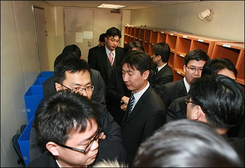 삼성특검 수사관들이 25일 저녁 서울 중구 삼성화재 본사 지하 4층에서 압수수색을 벌이고 있다.