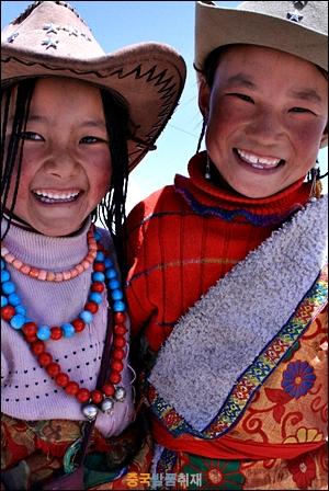 춤추고 노래하는 장족아이들 칭하이 호수에서 만난 소수민족 아이들