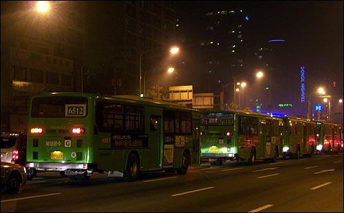 양천공영차고지 가스충전소로 가려는 타지 버스들 자정 무렵에 서부트럭터미널사거리에 가면 버스 행렬을 쉽게 접할 수 있다. CNG를 연료로 쓰는 버스차량 중 5, 6권역의 버스차량 상당수가 이 곳으로 충전하기 위해 먼 길을 오기 때문이다. 양천구 내에 차고지를 둔 버스차량들은 물론, 구로구 가산동, 영등포구 대림동, 관악구 신림동 등에서, 먼 길을 달려 양천공영차고지까지 닿는다.