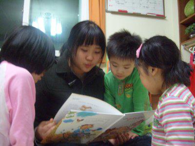 사진촬영을 위해 동행한 박지현(청소년 문화센터 미디어 동아리 취재 사진부, 15)양이 책을 읽어주자 모여든 아이들