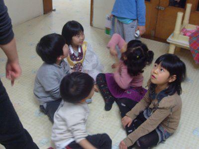 """기자와 박지현 양에게 """"꿀배와 달님""""이라고 새 이름을 지어준 달팽이 어린이집 아이들."""