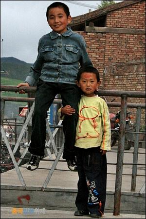 아이들 치렌산맥 넘어가는 길, 칭스쭈이 마을에서 만난 아이들