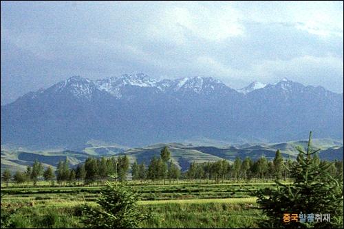 설산 치렌산맥을 넘어 깐쑤성에서 바라본 설산