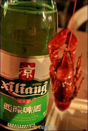 맥주와 민물가재 중국의 야시장 별미인 민물가재 롱샤와 맥주
