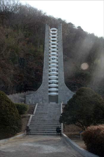 의병탑 충익사 입구에 있는 탑이다. 곽재우 장군과 17명의 의병장의 혼을 기리고 있다.