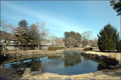 겨울연못 충익사내 있는 작은 연못으로 겨울하늘과 겨울바람을 안고 조용히 침묵하고 있다
