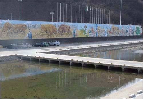 의령 소싸움 벽화 의령공설운동장 벽면에 의령을 상징하는 민속놀이 소싸움 그림이 그려져 있다.