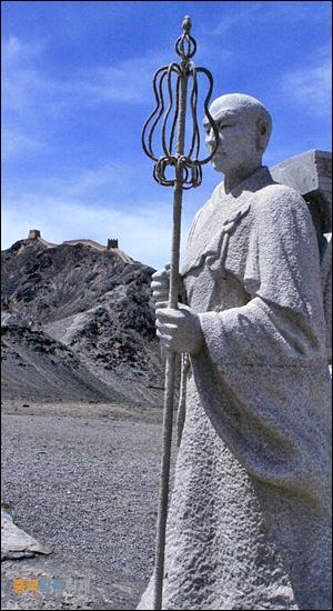 현장법사 씨엔비 장성과 자위관과 그리고 실크로드와 관련 있는 역사적 인물 7명을 조각해 둔 곳