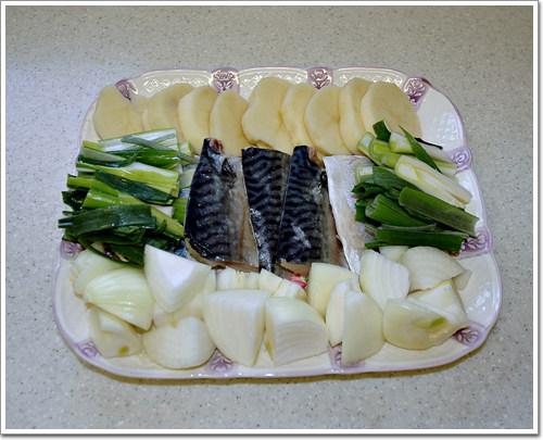 고등어와 감자와 양파, 대파를 썰어 준비한다.