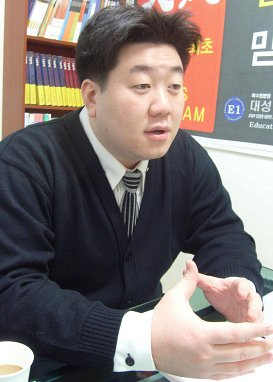 인터뷰를 통해 인수위의 교육정책을 신중한 태도로 예리하게 지적해낸 북수원 대성N스쿨 부원장 박영훈씨