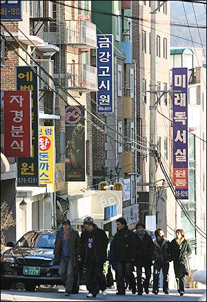 31일 교육부가 법학전문대학원(로스쿨) 예비인가 발표를 다음달 4일로 연기키로 결정하는 등 갈팡질팡하고 있는 가운데 서울 신림2동  고시촌의 고시생들이 삼삼오오 몰려 어디론가 가고 있다.