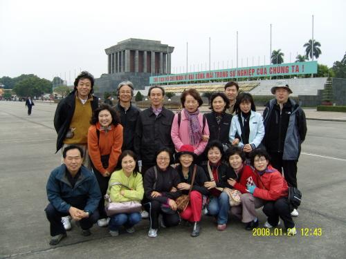 바딘 광장 해송초등학교 교직원 식구 16명이 베트남 여행을 다녀왔다. 호치민 묘소가 바라보이는 바딘 광장에서 한 기념촬영