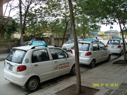 베트남 택시 길거리에서 손님을 기다리고 있는 이 택시는 모두 대우 마티즈였다.