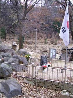해운대 장산 기슭에 있는 모정원 옆에는 강근호 애국지사의 비석이 세워져 있다.