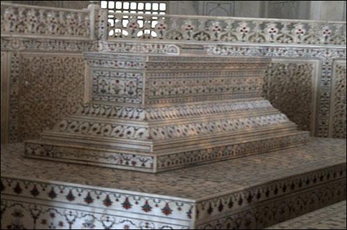 인도 타지마할묘 내의 석관 모습