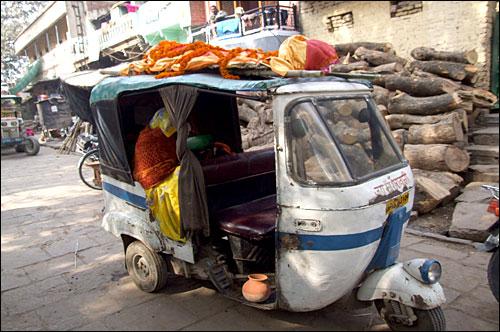 인도의 대중 교통 수단인 '오토릭샤' 위에 사체를 싣고 강가강으로 운반한다.