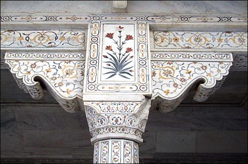 대리석 장식이 되어 있는 인도 아그라성 들보를 떠받치는 기둥 조각