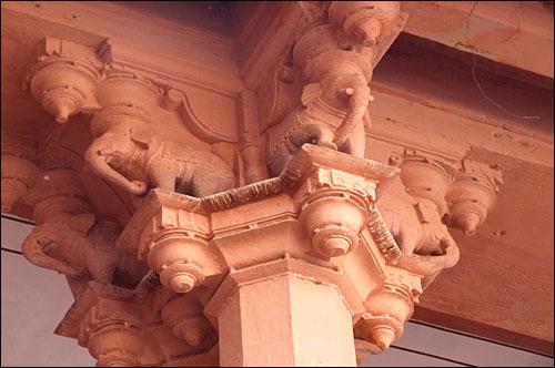 인도 나자스탄에 있는 시티팰리스에 있는 들보를 떠받치는 기둥
