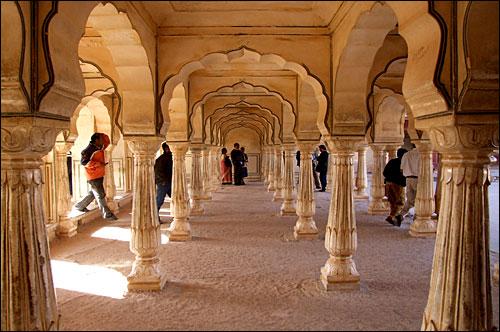인도 자이푸르 암베르산성의 기둥