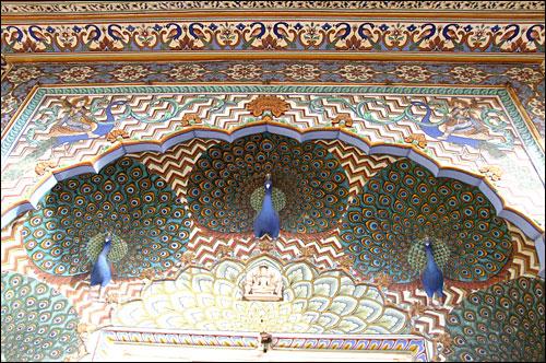 인도 자이푸르 바람의 궁전인 하와 마할 문 위의 장식