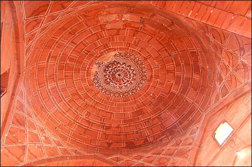 인도 아그라에 있는 파테푸르 시크리성 돔 천장 모습