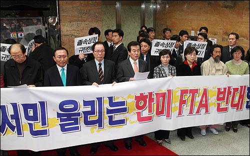 국회 통외통위는 13일 상임위 회의장을 옮겨 한미 FTA(자유무역협정) 비준동의안을 상정 통과시켰다. 한미FTA에 반대하는 민주노동당 의원들이 회의장앞에서 기자회견을 하고 있다.