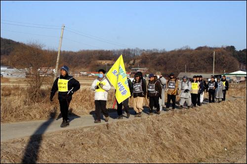 생명평화 순례 김포시 하성면 석탄리의 농수로를 따라 한강하구 제방으로 이동하고 있는 생명의 강을 모시는 사람들