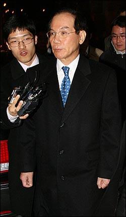 이학수 삼성전자 부회장 겸 전략기획실 실장이 14일 밤 서울 한남동 삼성특검 사무실에서 소환조사를 받은 뒤 귀가하고 있다.