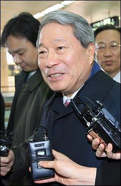 이명박 정부의 외교부장관으로 내정된 것으로 알려진 유명환 주일대사가 15일 오전 김포공항을 통해 귀국하고 있다.