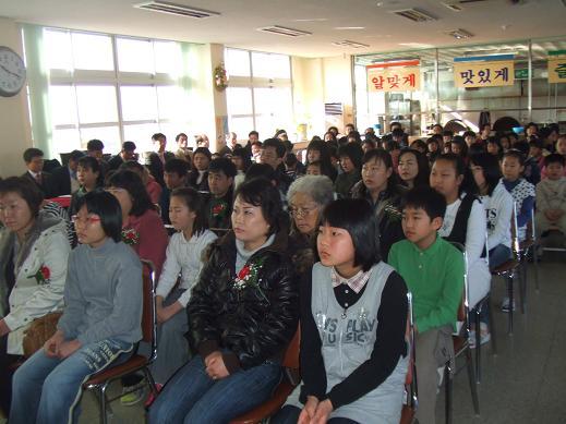오른쪽에 앉아 있는 이 학교의 동문들