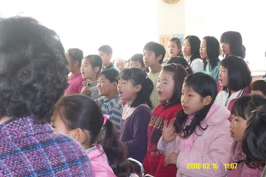 졸업식 노래를 부르는 학생들