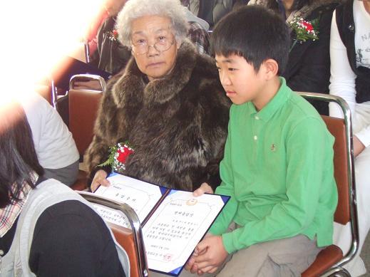 할머니 학부모가 어린 학생과 함께