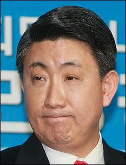 이동관 인수위원회 대변인이 18일 오전 인수위에서 열린 정례 브리핑에서 인수위원들이 인천시 공무원들에게 향응을 제공받은 것에 대한 입장을 밝히고 있다.