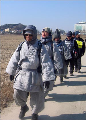 '생명의 강을 모시는 사람들' 100일 순례중인 수경 스님.
